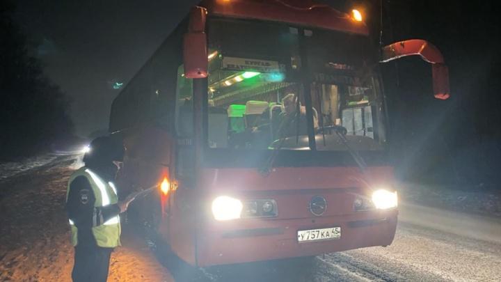 Под Екатеринбургом рейсовый автобус насмерть сбил мужчину, который шел по трассе