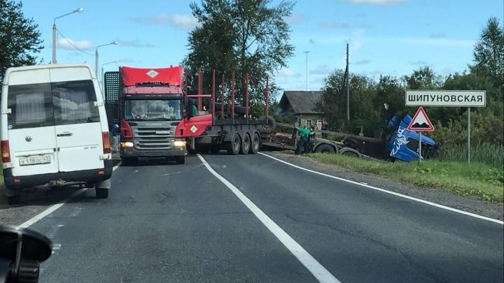 В Шенкурском районе перевернувшийся прицеп закрыл движение на трассе М-8