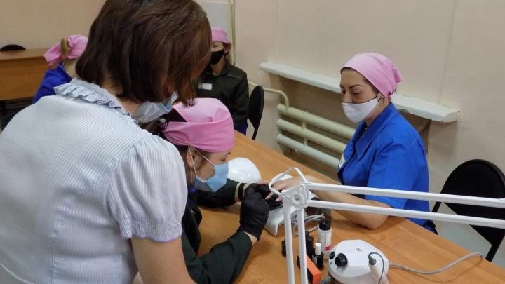 Заключённых в Красноярске начали обучать на мастеров маникюра
