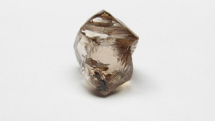 В Архангельской области добыли крупный алмаз коричневого оттенка