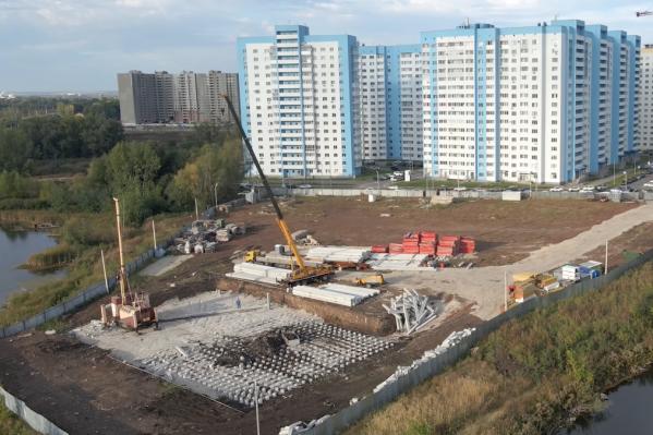 Рабочие делают фундамент для 25-этажного дома