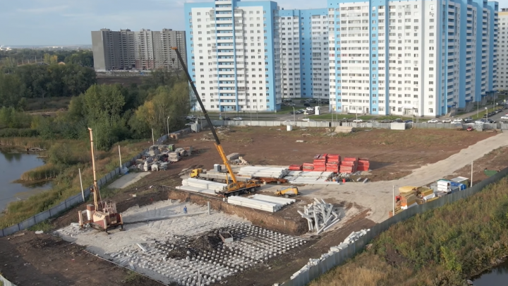 В Самаре начали строить многоэтажку на берегу озера