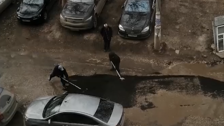 На Воронежских озерах в Самаре «заасфальтировали» лужи: видео