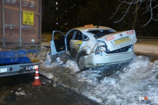 В аварии пострадали пассажиры такси, которые ехали сзади