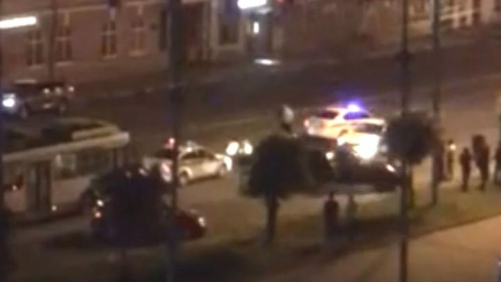 В центре Ярославля избили инспектора ГИБДД, поймавшего водителей на нарушении правил парковки. Видео