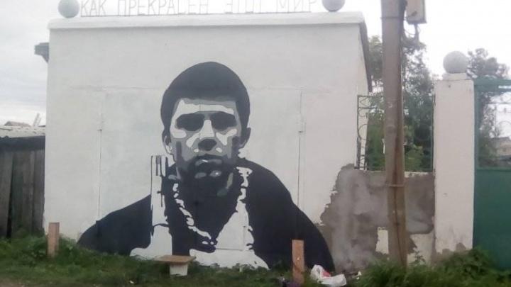 Новосибирец нарисовал на гараже портрет Сергея Бодрова с ружьём под надписью «Как прекрасен этот мир»