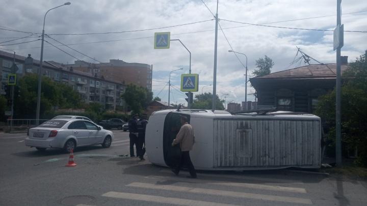 Оба водителя нарушили: на Запольной Daewoo перевернула микроавтобус