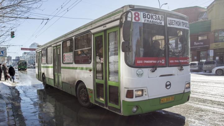 Водителям новосибирских автобусов пообещали премию, если они приведут новых сотрудников
