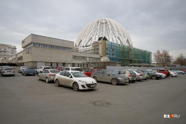 Совсем недавно фасад цирка уже ремонтировали