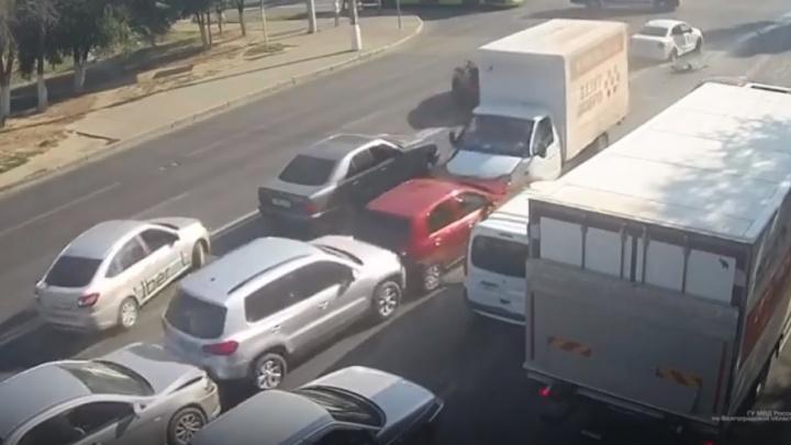 Собрал шесть машин: момент массового ДТП на Елецкой в Волгограде зафиксировали камеры наблюдения