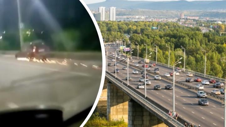 «Добраться домой любой ценой»: водитель ехал по Октябрьскому мосту без колеса и пускал искры