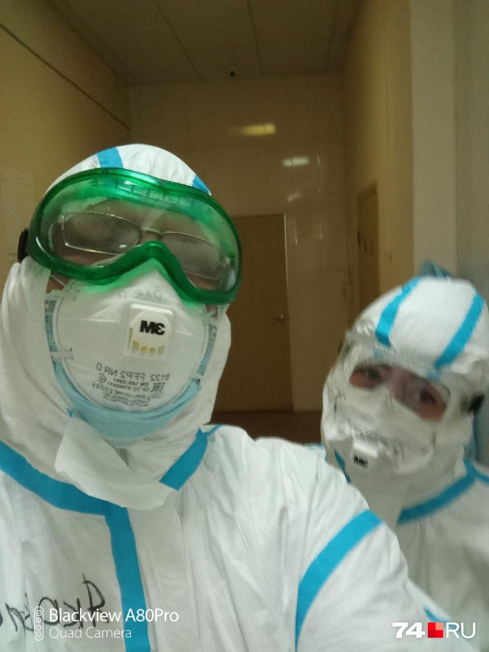 В душном костюме приходится не только совершать обходы пациентов, но и проводить операции и перевязки