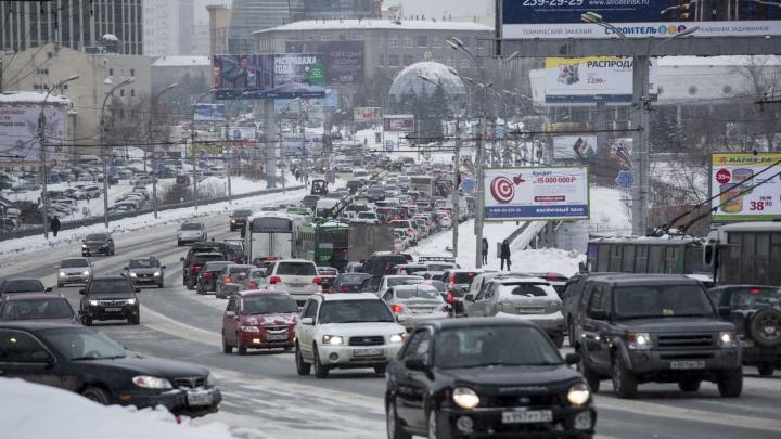 «Куплю вертолет, недорого»: Новосибирск днем сковали 8-балльные пробки — о чем водители пишут в снегопад
