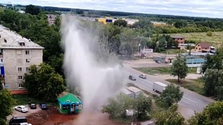 На Малиновского из-под земли забил фонтан высотой с пятиэтажный дом