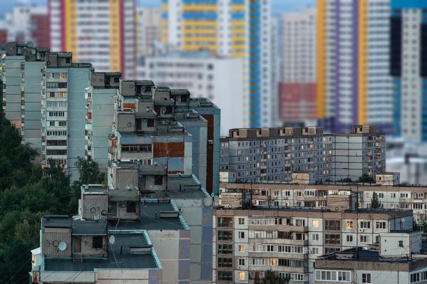 Новые высотки буквально дышат в спину старым постройкам