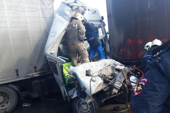 На месте происшествия работали спасатели и сотрудники МЧС