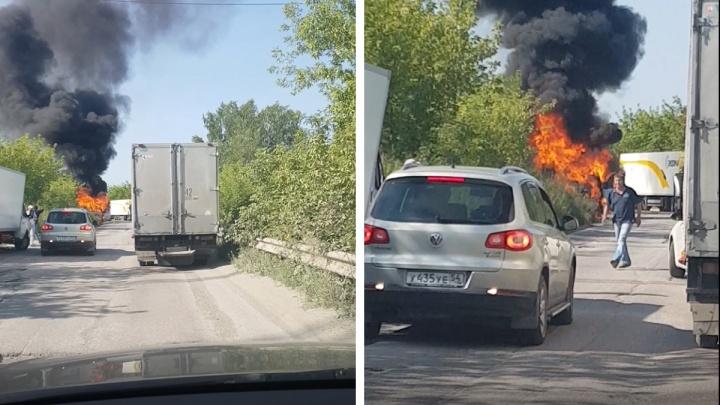 Под Новосибирском вспыхнула «Газель» — густой столб чёрного дыма и открытое пламя сняли на видео