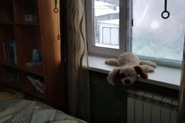 Окно над детской кроватью разбито. Его разбили, через дыру просунули руку и открыли, чтобы забраться в дом и провести обыск