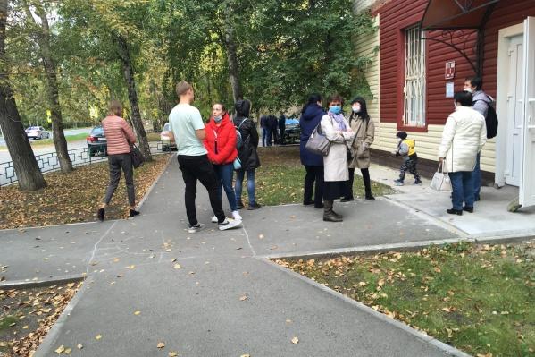 Такая картина была днем около поликлиники № 6 на улице 50 лет ВЛКСМ. Люди ждали приема на улице в очереди
