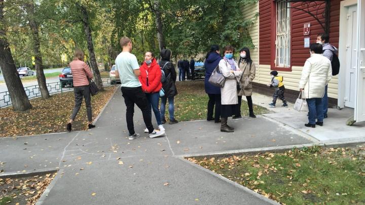 «Приходится ждать на улице»: тюменцы жалуются на большие очереди в городских поликлиниках