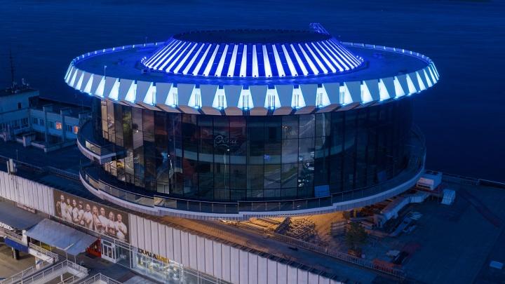 Сверху — как большая газовая горелка: в Волгограде включили подсветку знаменитой «шайбы»