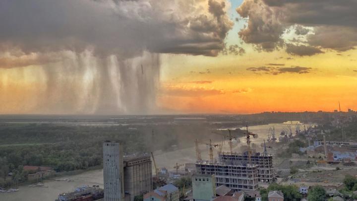 Ростовский фотограф сделал потрясающее фото ливня над городом. Вот как ему это удалось