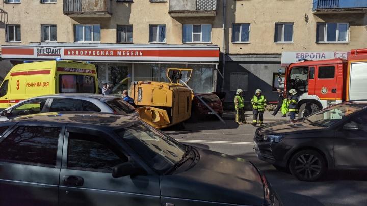 В Архангельске фургон перевернулся после столкновения с двумя иномарками