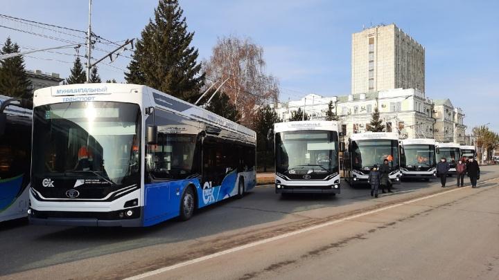 В центре Омска презентуют новые троллейбусы «Адмирал». Посмотрите на них в нашей трансляции