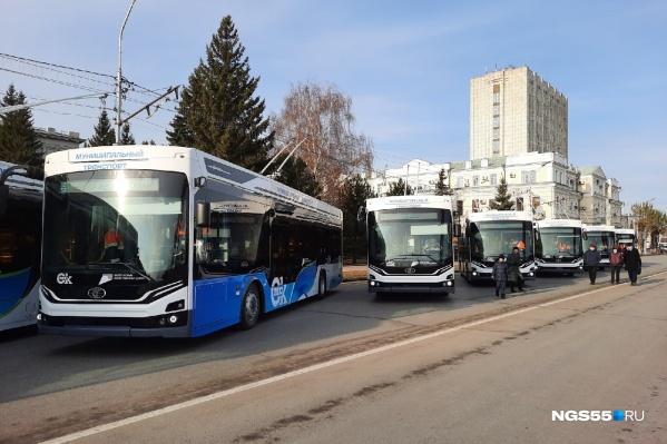 Новенькие троллейбусы в ожидании презентации на Соборной площади