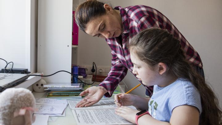 Зря вы это делаете! 4 причины не помогать ребенку с домашкой