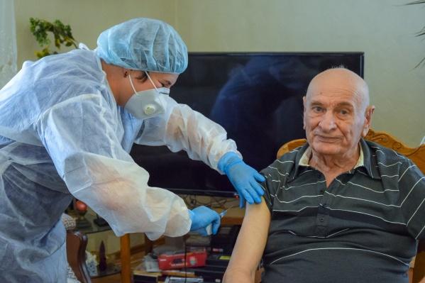 Одним из первых прививку от гриппа поставил себе свердловский политик Семен Спектор