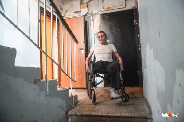 Борьба со строителями пандуса для колясок в подъезде — пока самое увлекательное дело, которое нашел для себя Александр Беляев