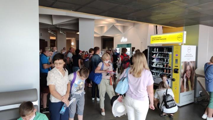 «В аэропорту толпа народа с детьми»: в Кольцово задерживаются сразу два самолета на морские курорты