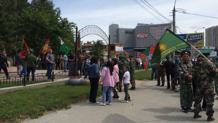 Пограничники устроили праздник в новосибирском сквере — толпа без масок попала на фото
