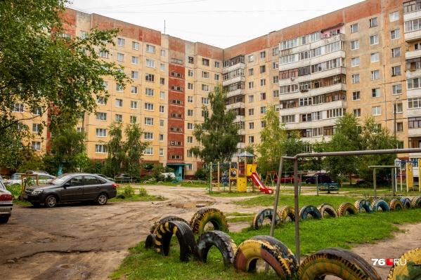 Многие дворы города выглядят неприглядно: дорог нет, запаркованы машинами