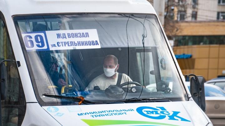 Омским кондукторам рекомендовали не брать карты для оплаты проезда из рук у пассажиров