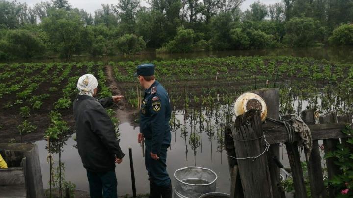 Свежие кадры с затопленных поселков края. Спасатели продолжают откачивать воду с огородов и домов
