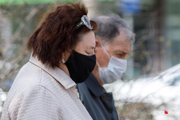 Несмотря на прибавление новых пациентов, волгоградцев выпустили на улицу