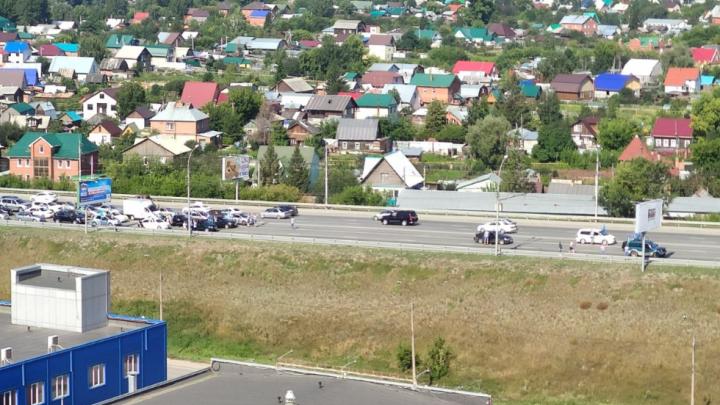 Толпа десантников перекрыла Димитровский мост в Новосибирске. Движение остановилось