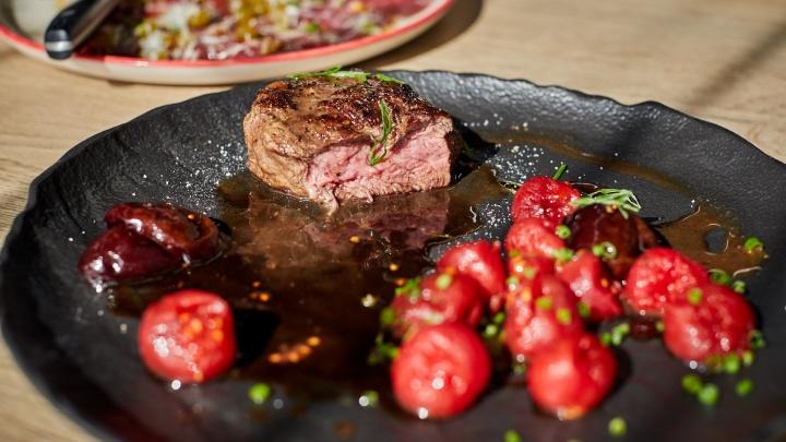 Три мясных блюда за час — реально: уральский шеф-повар показал, как готовят говядину в ресторанах