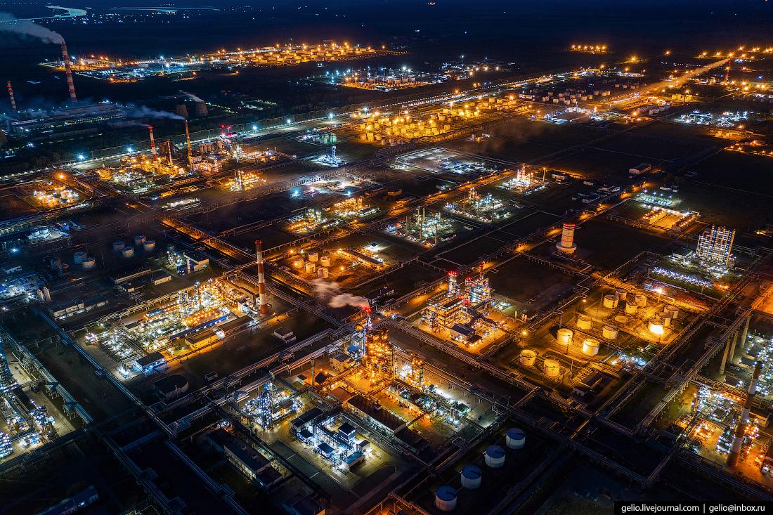Промзона ночью тоже выглядит очень красиво — подтвердят все, кто был возле нефтезавода в это время суток