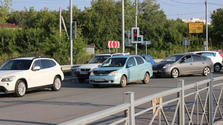 На улице Колонды сотни водителей решили, что они самые умные — объезжают пробку и поворачивают налево с правого ряда