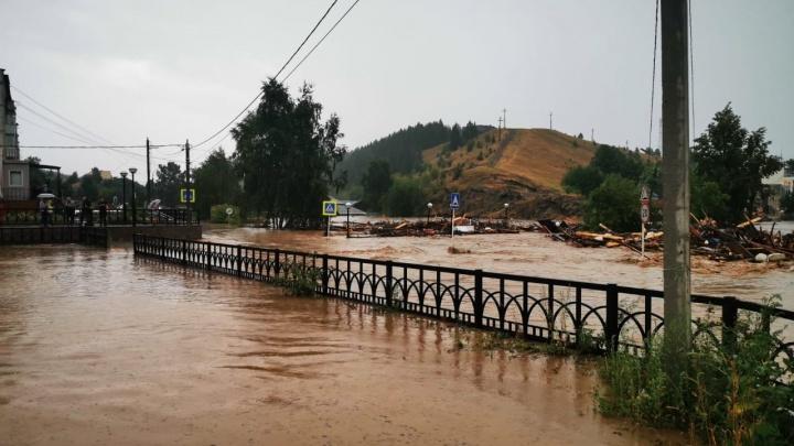 «Родители сидят без света, дом и гараж напротив унесло течением»: жительница Нижних Серег — о потопе