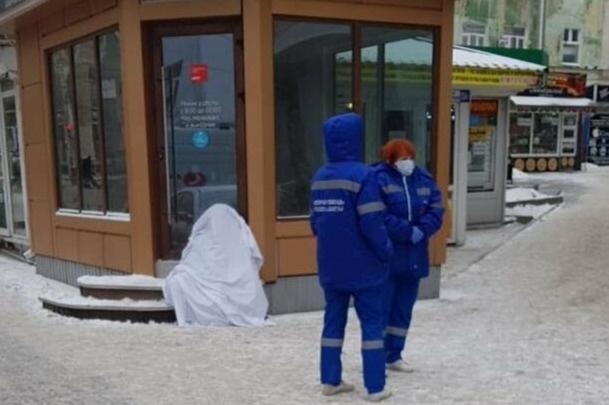 Женщина умерла на ступенях кофейни в Шахтах. Тело увезли лишь спустя несколько часов