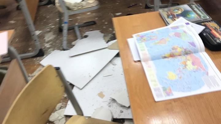 «Юноше по голове попало, девушке — по плечу»: в 22-й школе Архангельска на учеников упала штукатурка