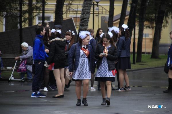 Кузбасские школьники начали получать выплату на подготовку к выпускному
