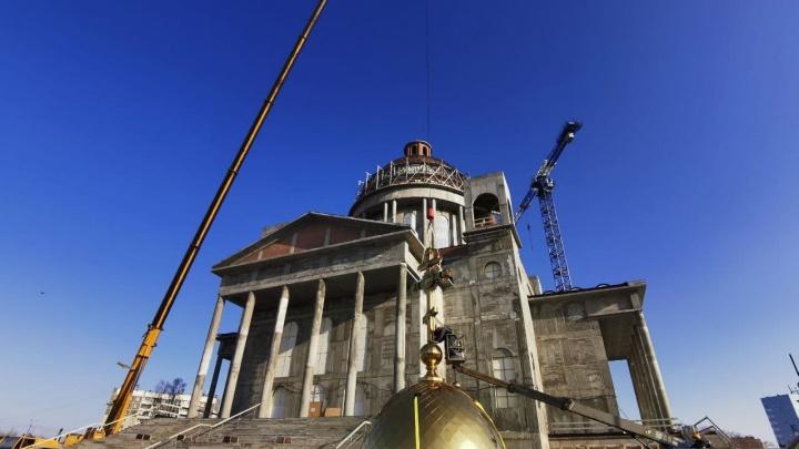В Челябинске установили главный купол на строящийся кафедральный собор