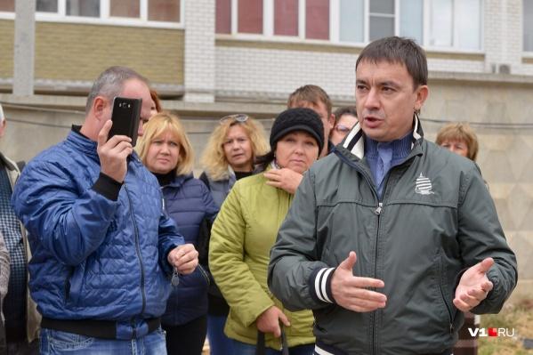 Александр Набатчиков долго убеждал волгоградцев, что дома сдаст в срок