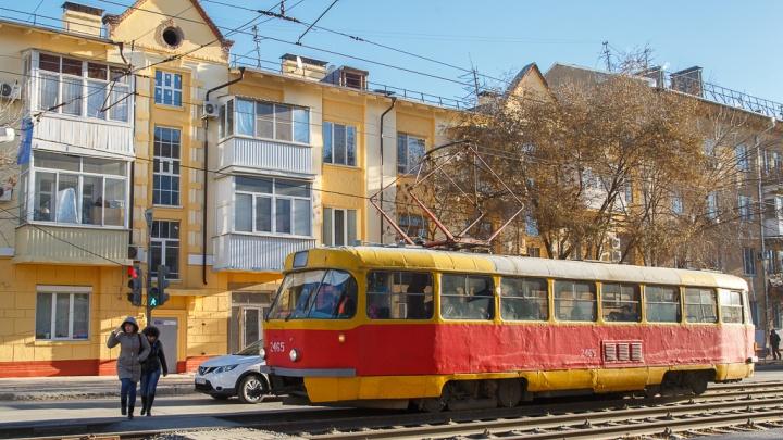В Волгограде лихач на легковушке остановил движение трамваев и троллейбусов