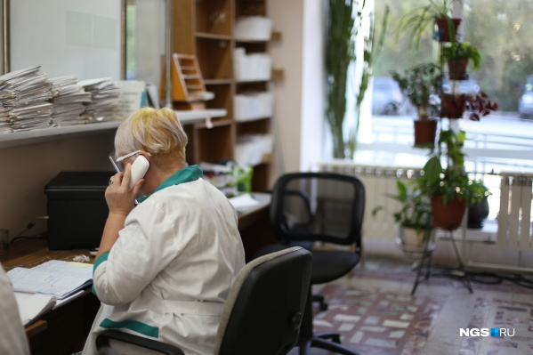 Если раньше новосибирцы с подозрением на коронавирус сидели дома, то сейчас они вынуждены ходить в поликлиники, где подвергают риску других людей